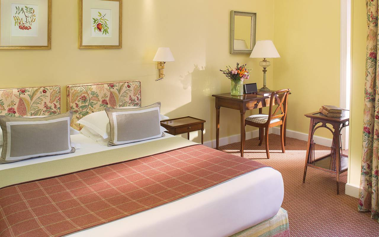 Chambre élégante hôtel 4 étoiles à Paris Relais Madeleine