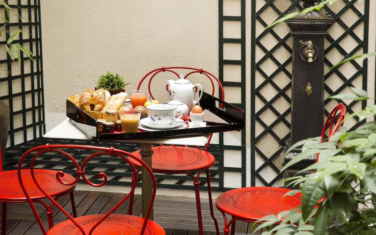 Petit déjeuner en extérieur hôtel Relais Madeleine
