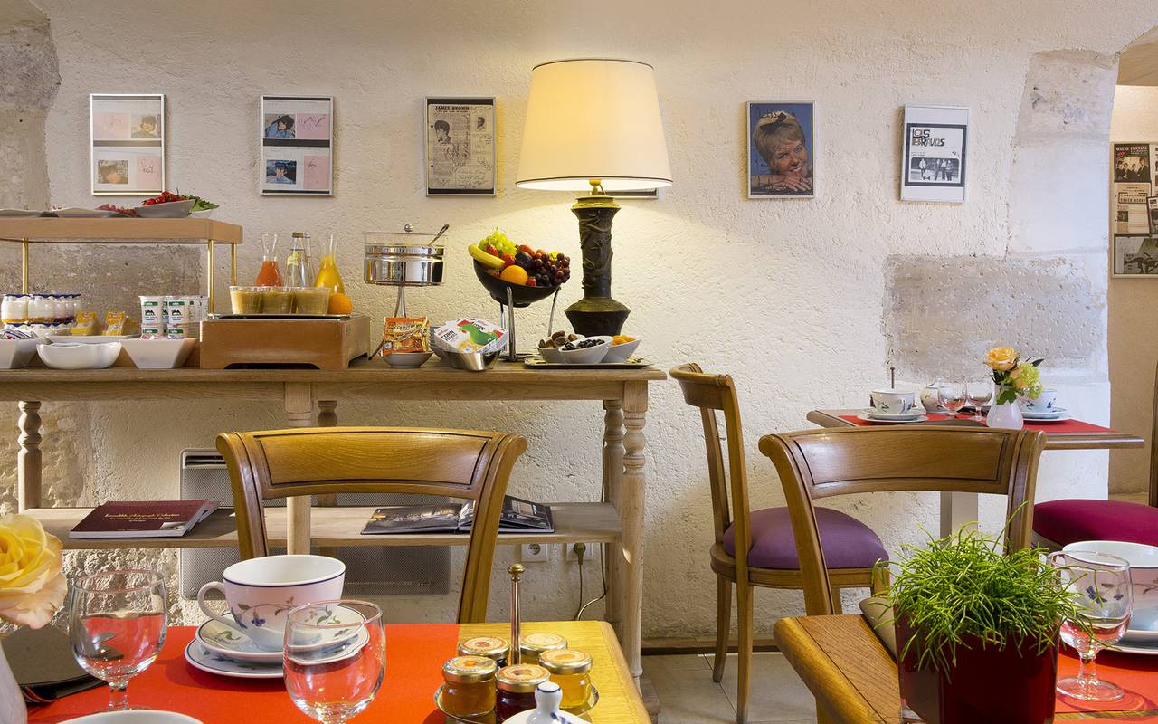 Salle de petit déjeuner conviviale Relais Madeleine